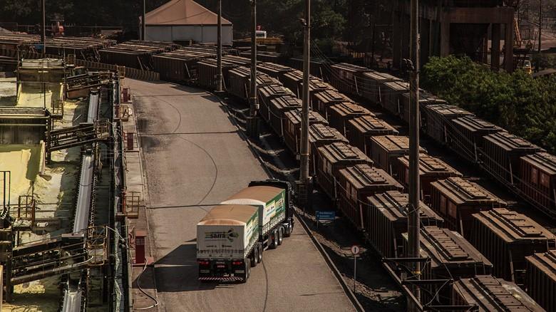 Trens chegam a um dos terminais no Porto de Santos (SP) (Foto: Marcelo Curia/Ed. Globo)