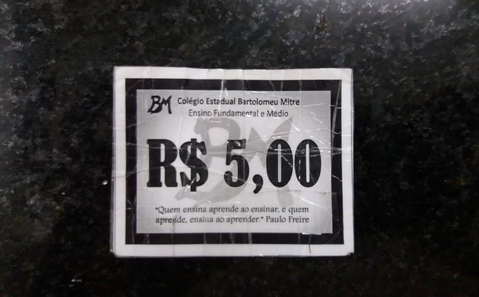 Segundo a polícia, as fichas falsificadas eram bastante semelhantes à original (foto) — Foto: Polícia Civil/Divulgação