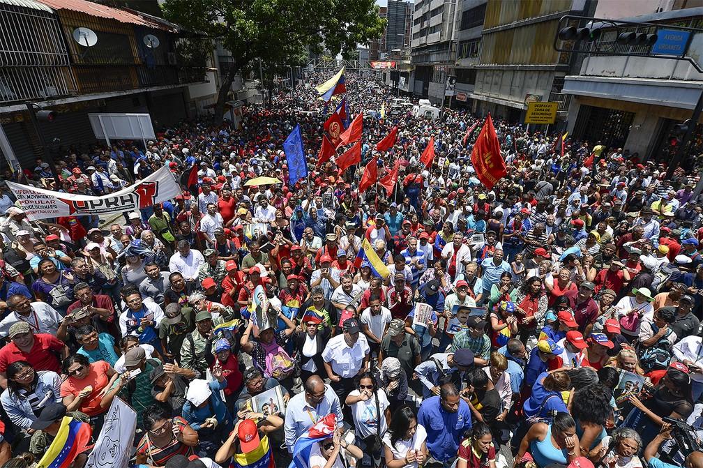 Multidão de manifestantes pró-Maduro participa de protesto  em defesa do presidente perto do Palácio Miraflores, em Caracas, a cerca de 10 km da base aérea 'La Carlota' — Foto: Matias Delacroix/AFP