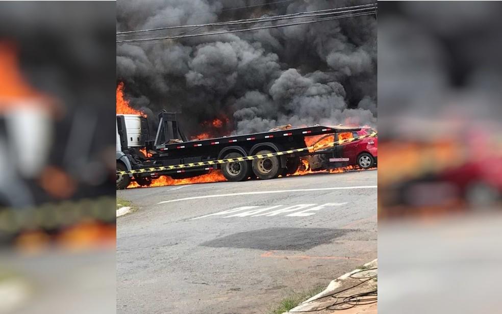 -  Após colisão, os dois veículos pegaram fogo  Foto: TV Anhanguera/Reprodução