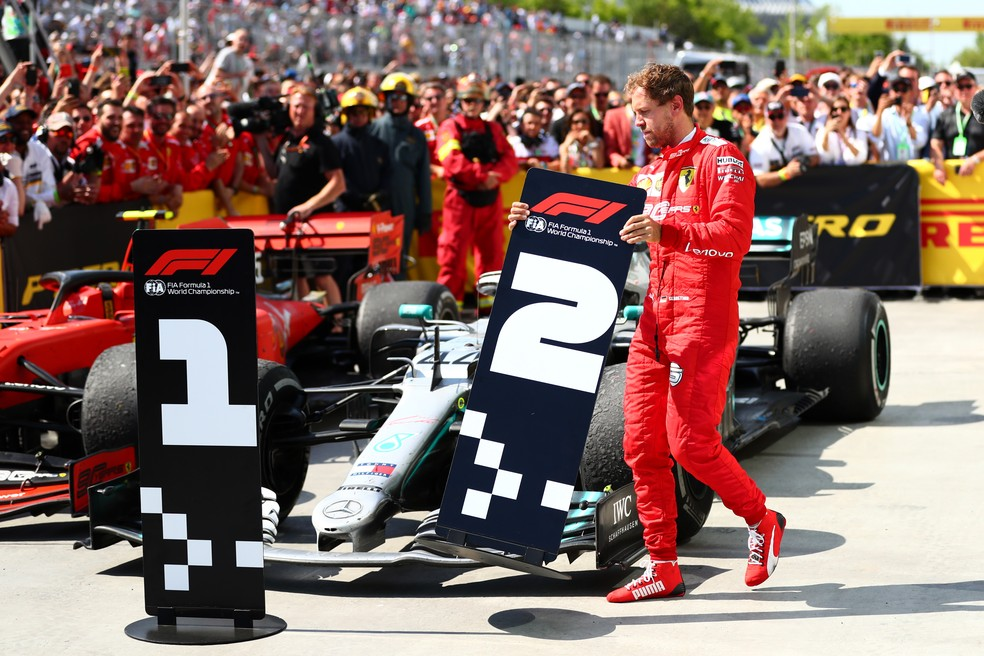 Sebastian Vettel carrega placa de segundo lugar no GP do Canadá — Foto: Dan Istitene/Getty Images