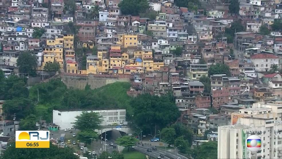 Morro da Coroa fica em cima do Túnel Santa Bárbara, que liga a região central à Zona Sul do Rio — Foto: Reprodução / TVGlobo
