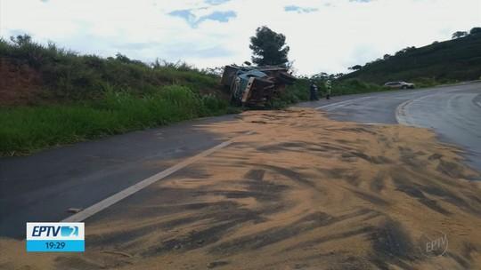 Caminhão de transformadores tomba e óleo fica espalhado pela pista na BR-146