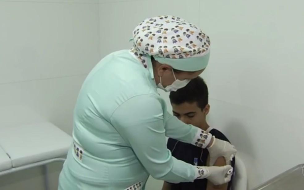Goianos se vacinam contra gripe H1N1 em clínicas particulares de Goiânia (Foto: Reprodução/TV Anhanguera)