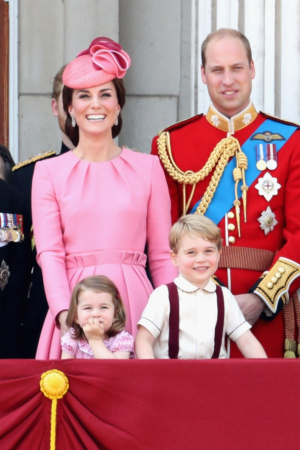 LONDON, ENGLAND - JUNE 17:  (L-R) Catherine, Duchess of Cambridge, Princess Charlotte of Cambridge, Prince George of Cambridge and Prince William, Duke of Cambridge look out from the balcony of Buckingham Palace during the Trooping the Colour parade on Ju (Foto: Getty Images)