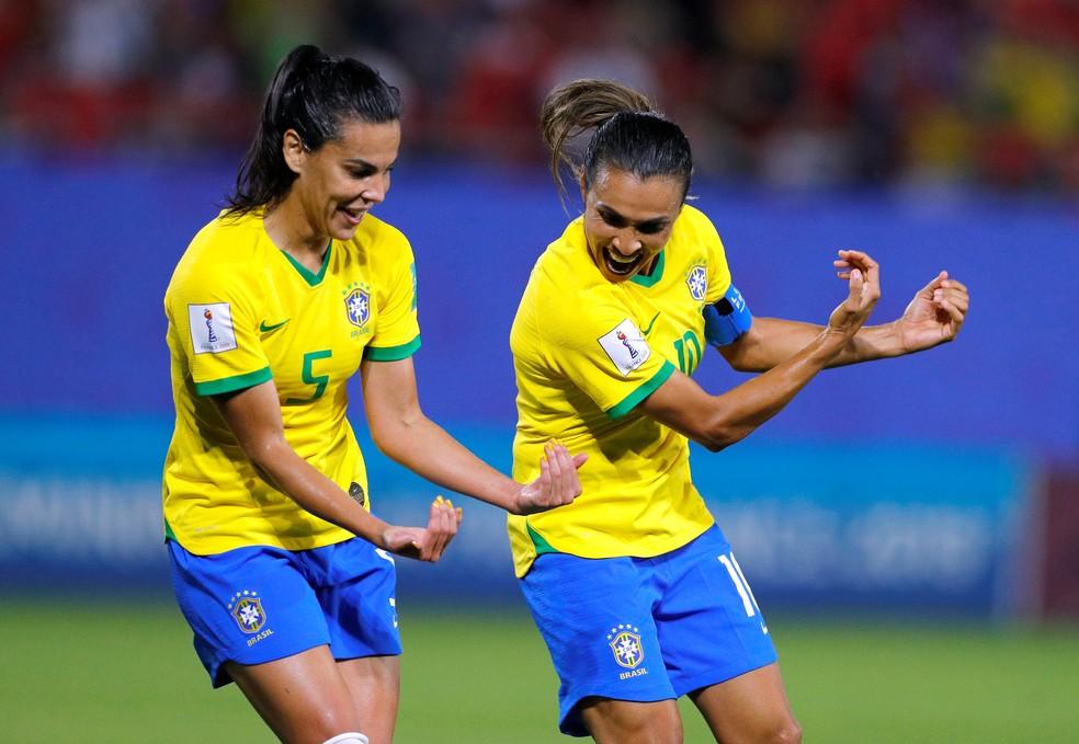 """Marta e Thaísa fazem o """"embala neném"""" na comemoração do gol do Brasil — Foto: Reuters"""