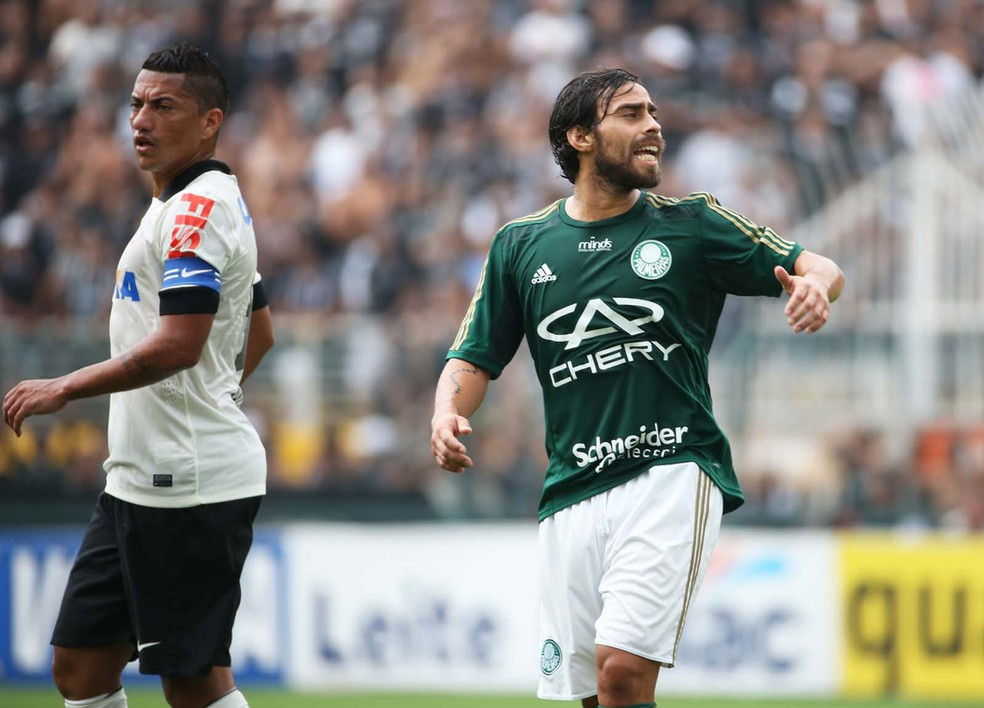 Valdivia em ação contra o Corinthians, do então capitão Ralf, quando o chileno jogava no Palmeiras (Foto: Marcos Ribolli)