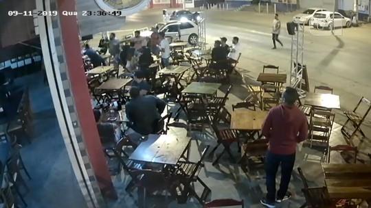 VÍDEO: Cinco pessoas são baleadas após dupla armada invadir e atirar contra clientes de churrascaria na BA