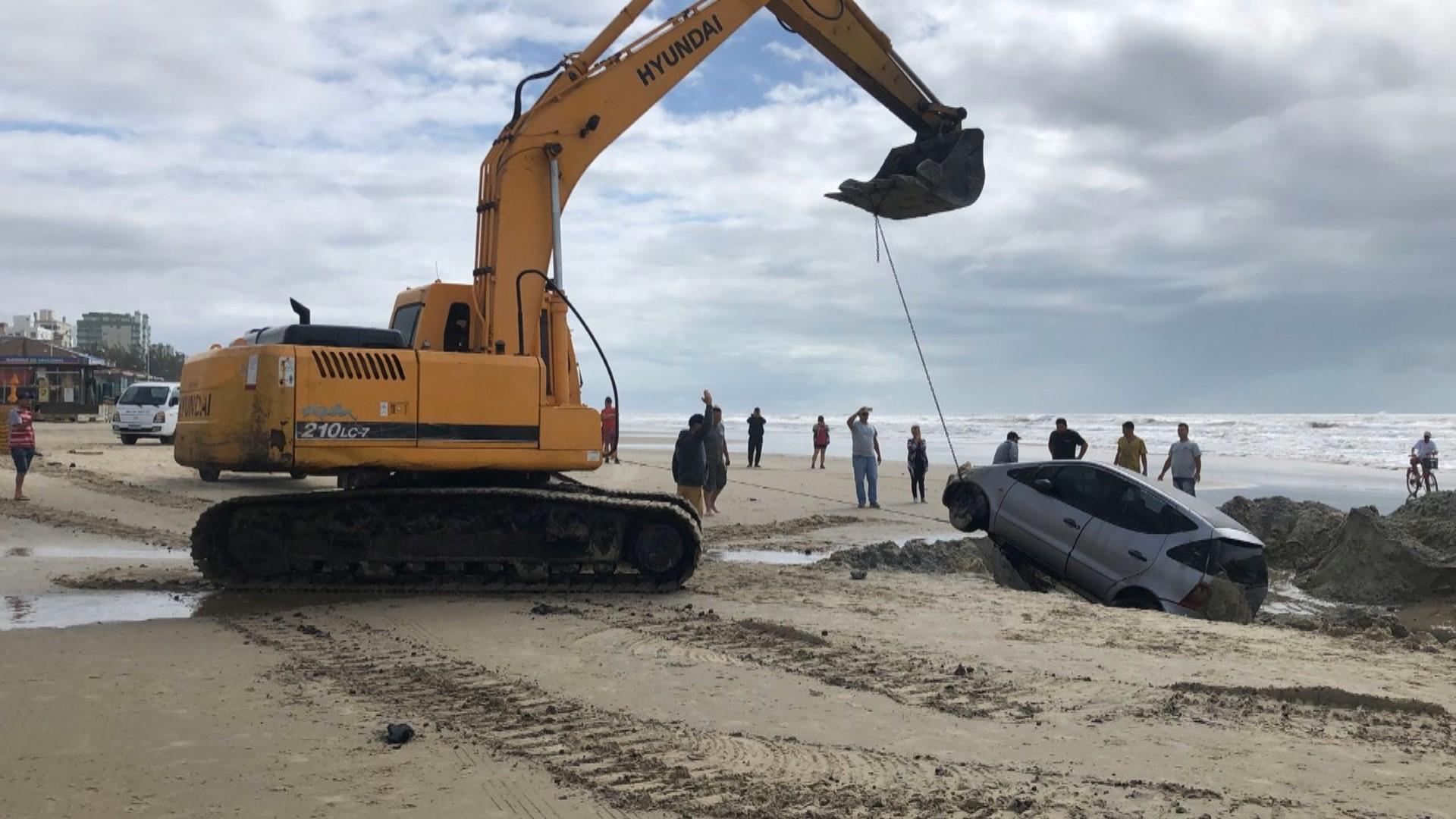 Carro atolado é retirado da beira da praia em Capão da Canoa