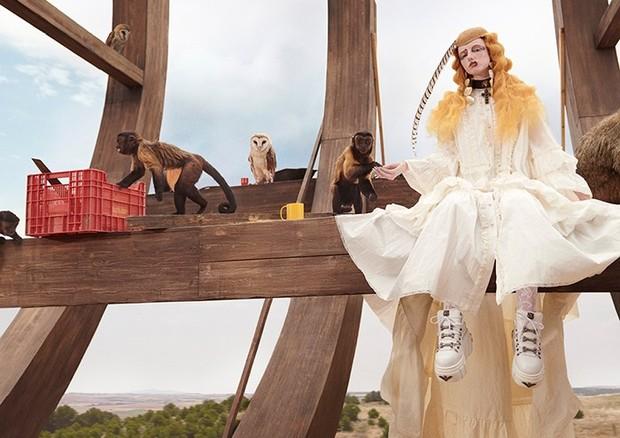 A noiva gótica do Cruise 2019 da Gucci, que ganha um ar ainda mais dark graças a sua maquiagem, pode ser o ponto de partida perfeito para uma fantasia fashionista. (Foto: Divulgação)
