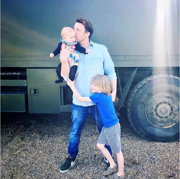 O apresentador Jamie Oliver e dois dos seus filhos (Foto: Instagram)