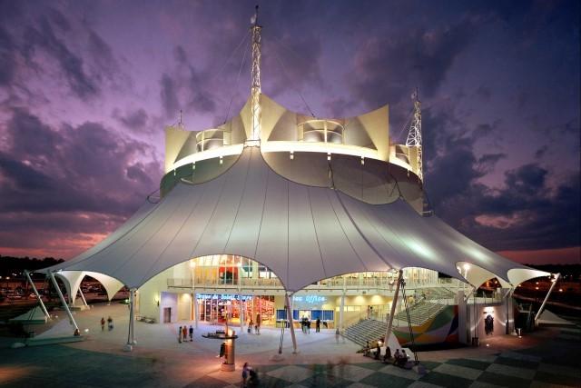 Edificação (forma de tenda de circo) em Disney Springs