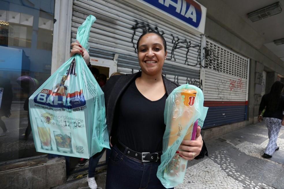 Em foto de arquivo, consumidora mostra produtos após fazer compras no Centro de São Paulo (Foto: Marcelo Brandt/G1)
