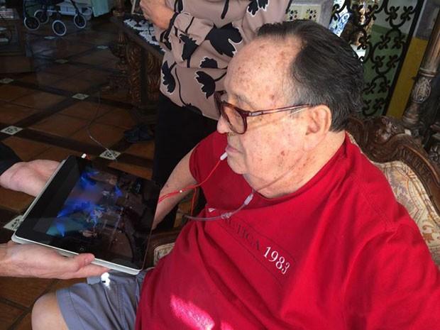 Edgar Vivar, o Senhor Barriga, publica imagem de Roberto Bolaños, o Chaves, recebendo mensagem de fãs do Brasil (Foto: Reprodução/Facebook/Edgar Vivar Oficial)