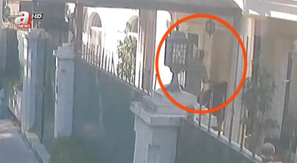 """Imagem da rede """"CCTV"""" mostra homem levando malas onde estariam o corpo do jornalista saudita Jamal Kashoggi — Foto: A Haber/Reuters TV via REUTERS"""