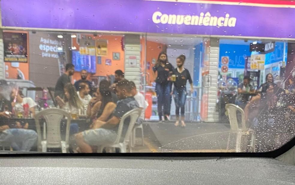 Aglomeração de pessoas em loja de conveniências de posto em Anápolis, Goiás — Foto: Arquivo pessoal