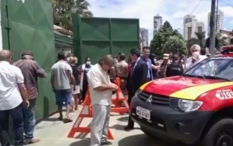 Caiado usa megafone para pedir que idosos saiam de fila e voltem para casa, em Goiânia — Foto: Reprodução/TV Anhanguera
