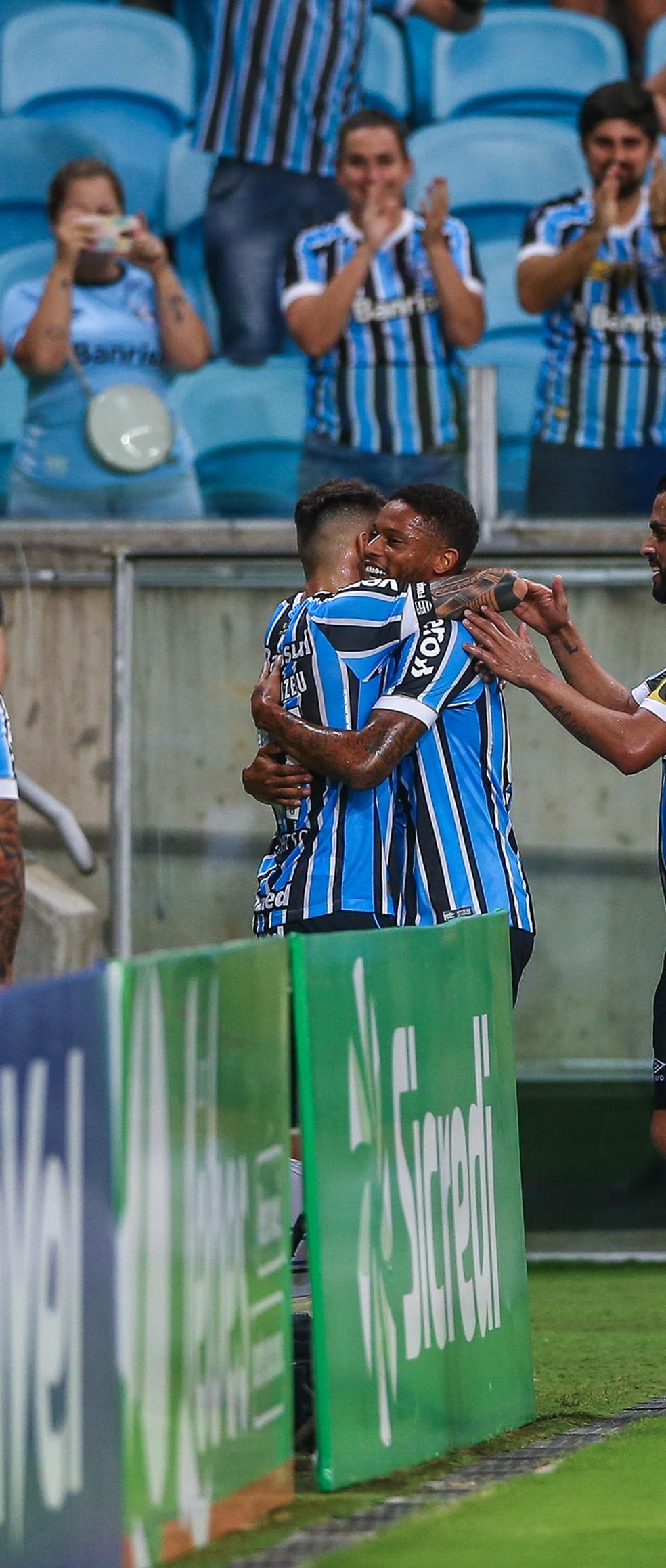 André e Vizeu disputam a posição — Foto: Lucas Uebel/Grêmio