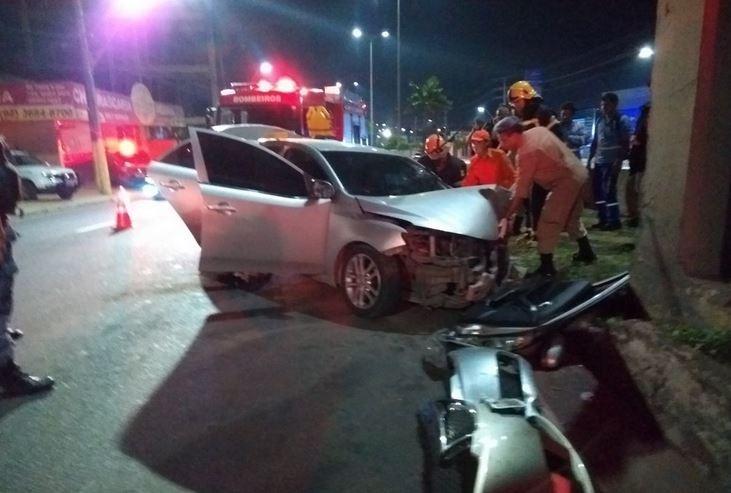 Homem é resgatado das ferragens de carro após bater contra passarela em Manaus