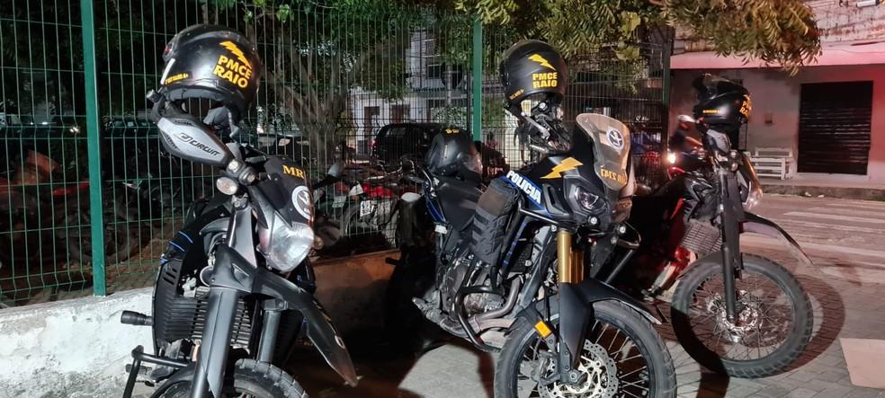 Suspeito e a arma apreendida foram levados ao 10º Distrito Policial (DP), no Bairro Antônio Bezerra, onde o caso foi registrado. — Foto: Rafaela Duarte/ SVM