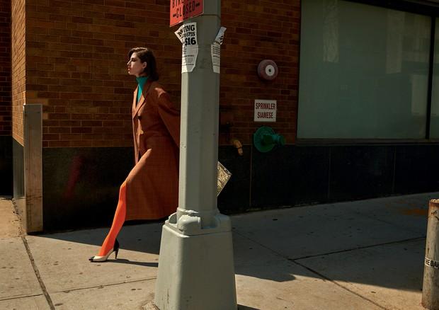 Daisy usa casaco e saia, Ellery; tricô, R$ 498, Animale. Escarpim, Givenchy; bolsa, Off-White (Foto: Gui Paganini)