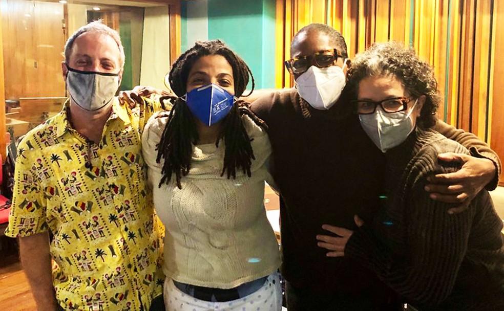 Guilherme Kastrup, Maíra Freitas (de máscara azul), Leila Maria e Ana Basbaum (á direita) no estúdio da gravadora Biscoito Fino — Foto: Acervo pessoal / Divulgação
