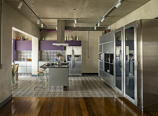 Projetada por Gustavo Calazans, a cozinha incorporou a varanda. Em tons de cinza, armários da Securit. À dir., ao lado da adega da Métier, armários da Kitchens (Foto: Edu Castello/ Editora Globo)