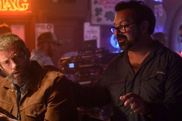 O cineasta James Mangold dirigindo Hugh Jackman nas gravações de Logan (2017) (Foto: Reprodução)