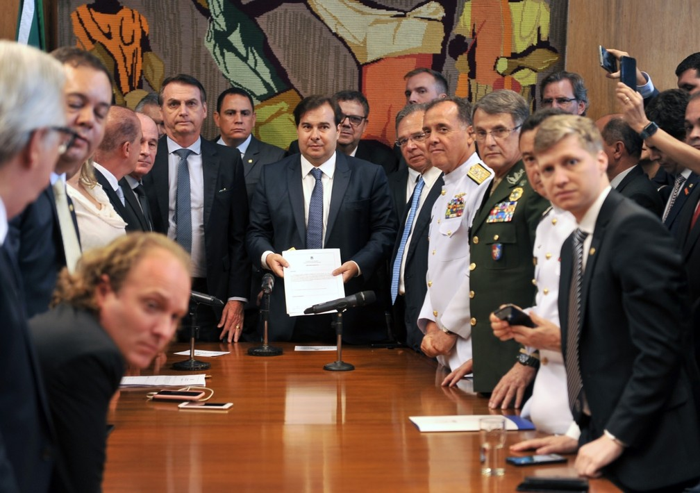 Presidente da Câmara, Rodrigo Maia, exibe projeto entregue pelo presidente Jair Bolsonaro — Foto: J. Batista / Câmara dos Deputados