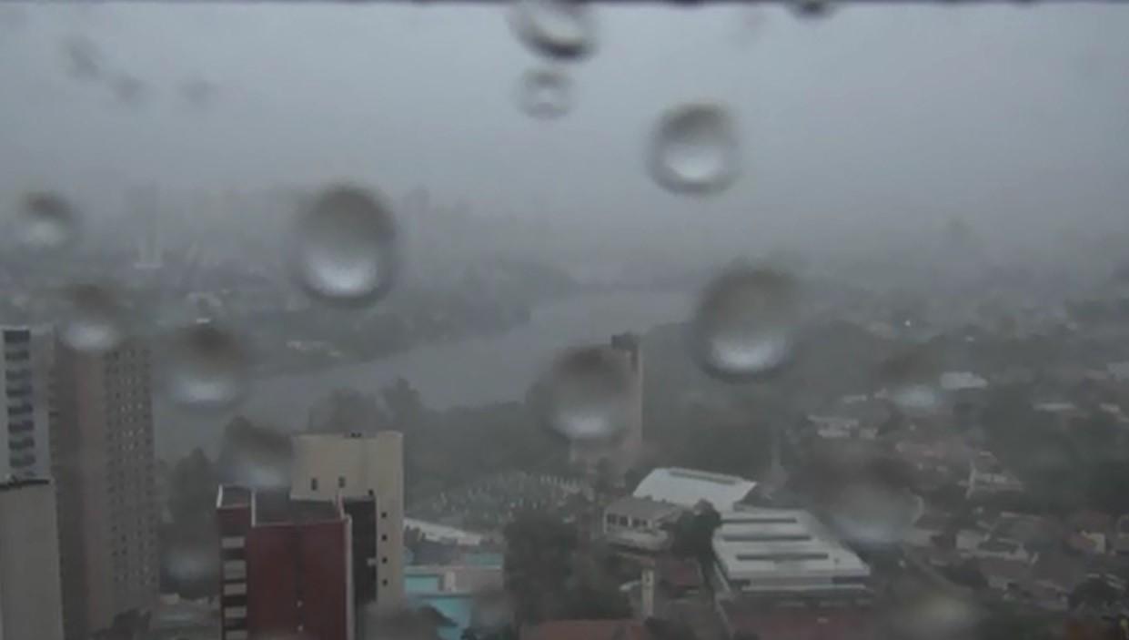 Chuva volta a causar estragos na região de Londrina um dia após temporal - Radio Evangelho Gospel