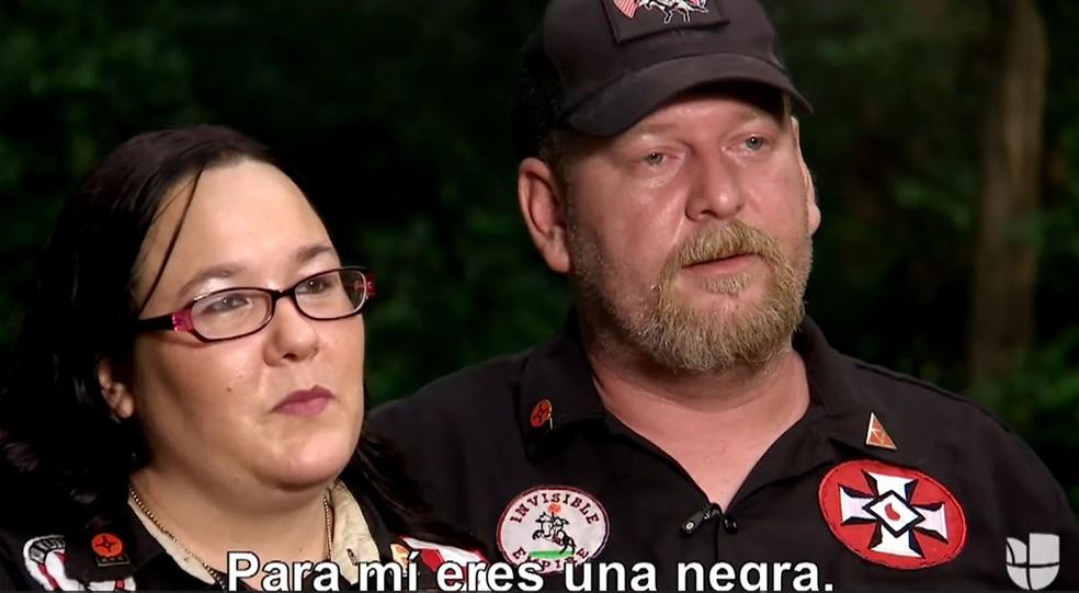 O líder da Ku Klux Klan Chris Barker e sua mulher, Amanda, durante entrevista à jornalista colombiana Ilia Calderón (Foto: Reprodução/Univision)
