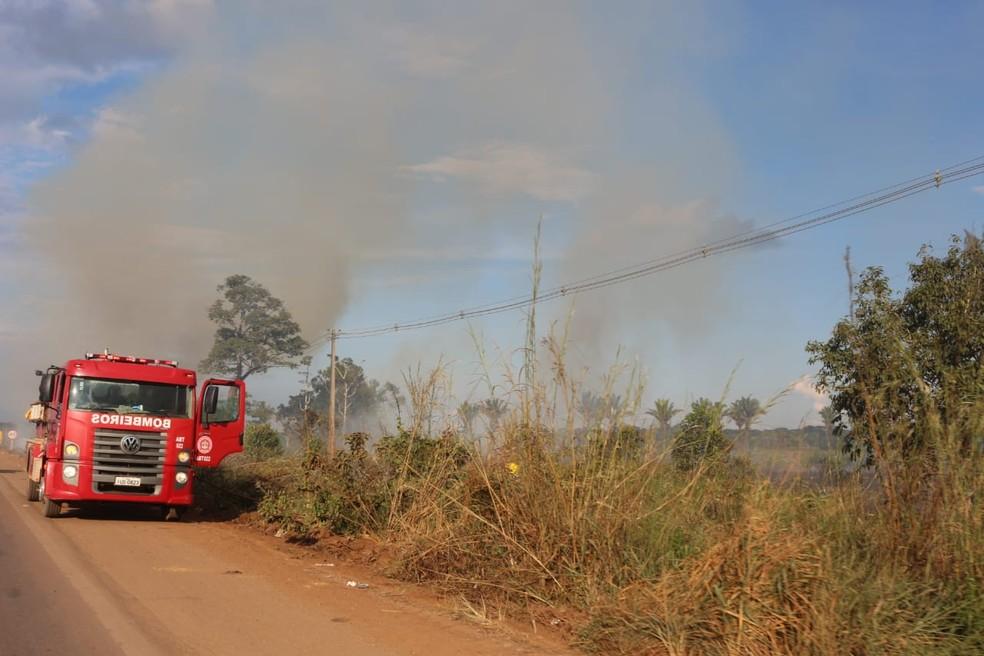 Bombeiros precisaram apagar fogo de vegetação para comboio seguir viagem em RO (Foto: PRF/ Divulgação)