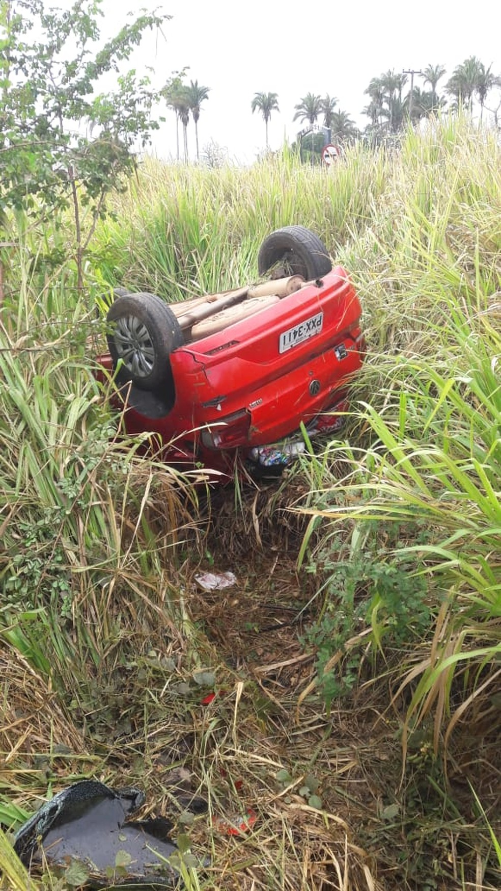 Envolvidos no acidente foram removidos por usuários para o Hospital Regional de Itapecuru Mirim — Foto: Divulgação/Polícia Rodoviária Federal