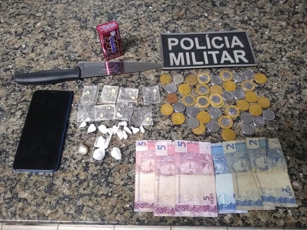 Celular, dinheiro, drogas e objetos encontrados com suspeitos — Foto: PM/Divulgação