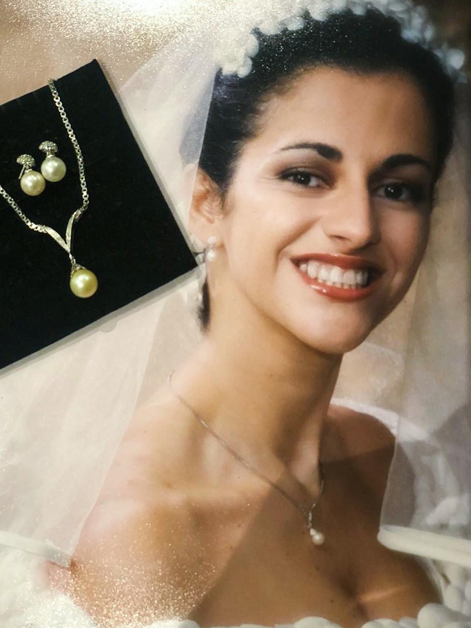 Patricia Gaiotto mostra o colar que herdou da mãe e o bar de brincos que ganhou do marido (Foto: divulgação)