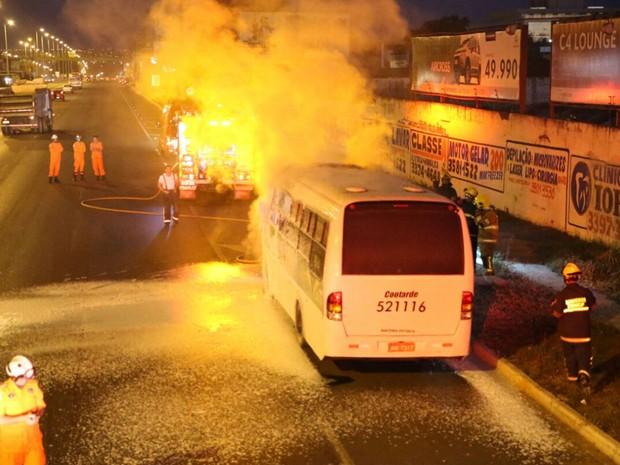 Interdição no trânsito da EPTG na altura do SIA, no sentido Taguatinga, enquanto bombeiros combatem incêndio que atingiu micro-ônibus na madrugada desta terça-feira (12) (Foto: Corpo de Bombeiros DF/Divulgação)
