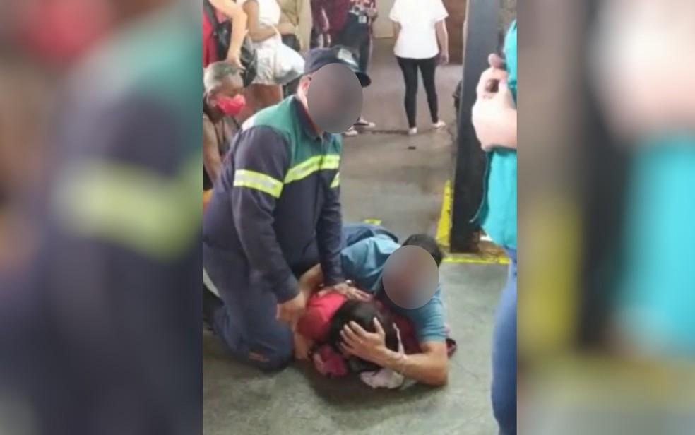 Suspeita de por fogo em motorista de ônibus é contida por populares até chegada da polícia em Anápolis, Goiás — Foto: Reprodução/TV Anhanguera