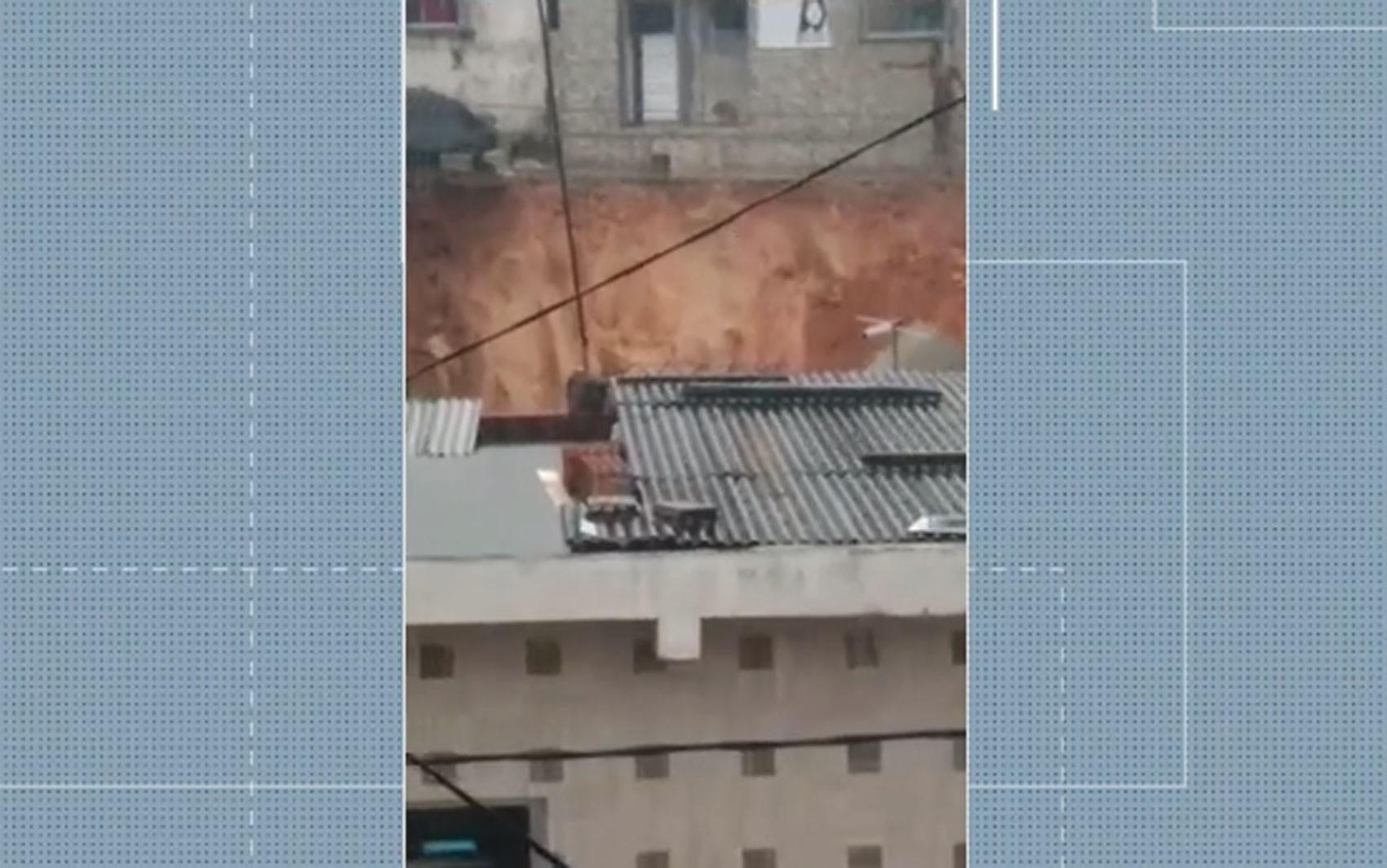 Terra desliza em bairro de Simões Filho e famílias precisam deixar casas