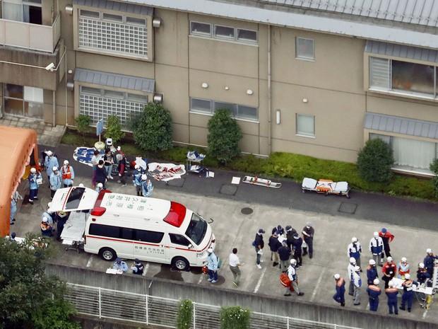 Ambulâncias e policiais são vistos em frente ao centro Tsukui Yamayuri-en, onde um homem atacou pacientes com uma faca na madrugada de terça (26), em Sagamihara, no Japão (Foto: Kyodo News via AP)