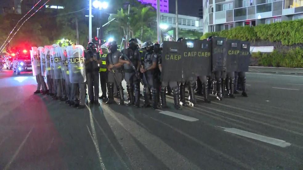 Polícia dispersa manifestantes durante ato contra Bolsonaro no Centro de São Paulo — Foto: Reprodução/GloboNews