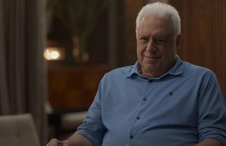 Após ter uma visão da falecida esposa, Alberto (Antonio Fagundes) morrerá sozinho na sua biblioteca TV Globo