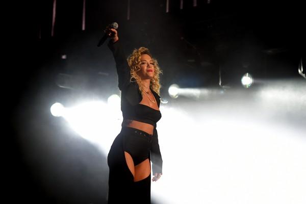 Rita Ora durante sua apresentação no festival Coachella (Foto: Getty Images)