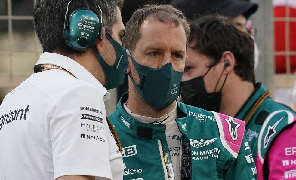 Sebastian Vettel, da Aston Martin, conversa com engenheiro no GP do Bahrein da F1 2021 — Foto: Hasan Bratic/picture alliance via Getty Images