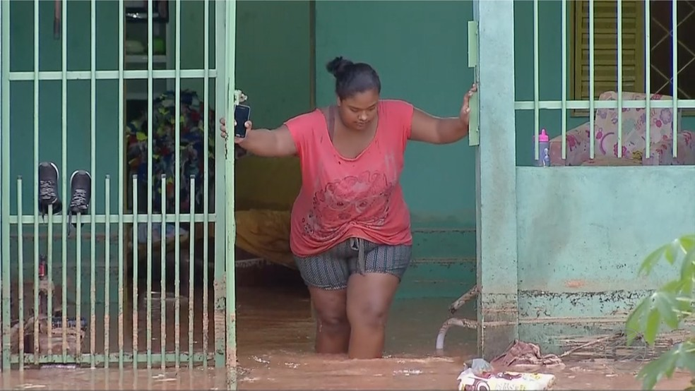 Casa de moradora ficou alagada após chuva forte — Foto: TVCA/Reprodução
