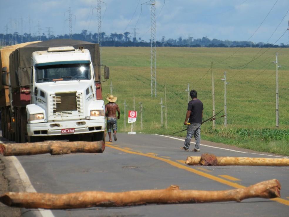 Para seguir viagem, motoristas devem parar e pagar pedágio aos indígenas (Foto: PRF-MT/Divulgação)