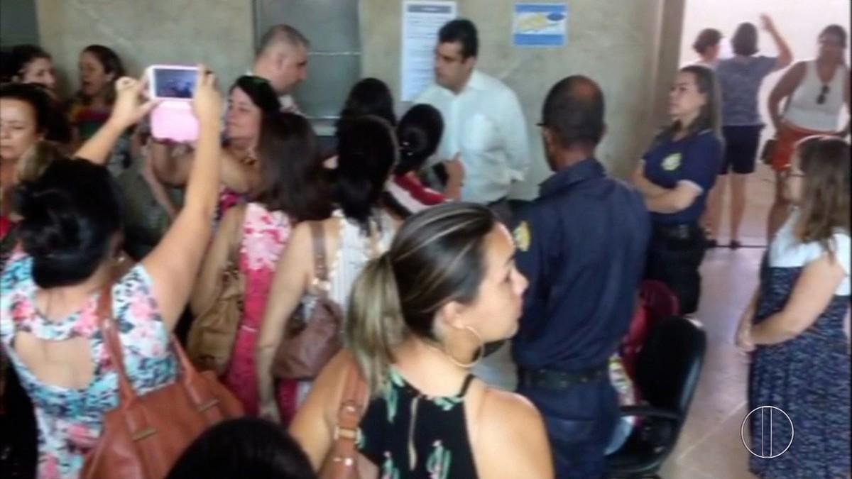 Servidores da Educação de Campos, RJ, protestam contra parcelamento de 13º salário