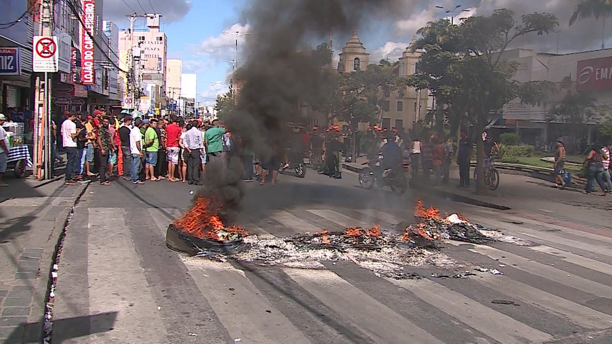 Ambulantes realizam protesto e bloqueiam rua no Centro de Caruaru
