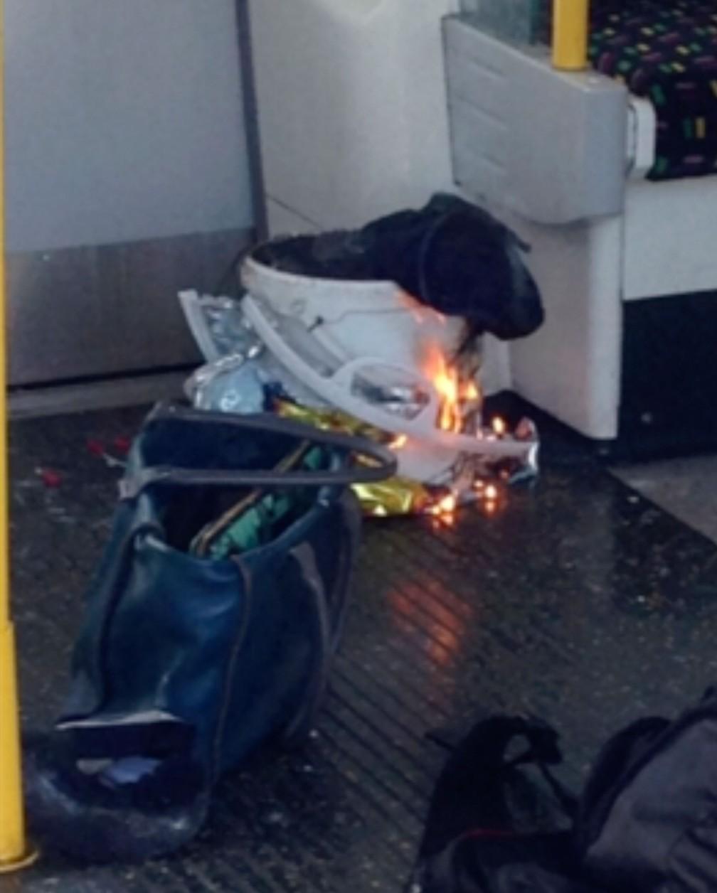 Imagem extraída de vídeo mostra fogo dentro de trem na estação de metrô Parsons Green, em Londres, nesta sexta-feira (15)  (Foto: @RRIGS via AP)