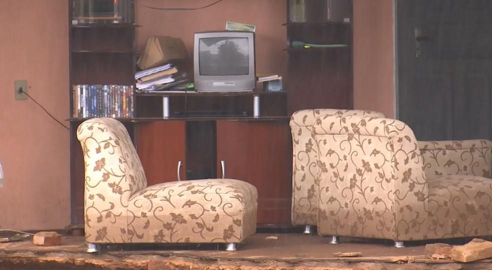 Moveis podiam ser vistos após a queda do muro da casa em Botucatu — Foto: Reprodução/TV TEM