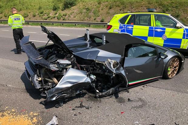 Em 20 minutos, R$ 1,6 milhão foi perdido pelo dono dessa Lamborghini em uma colisão traseira (Foto: Policia de New Yorkshire)